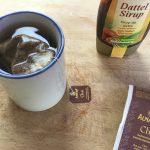 Der Chai-Tee zieht im Dattelsirupwasser