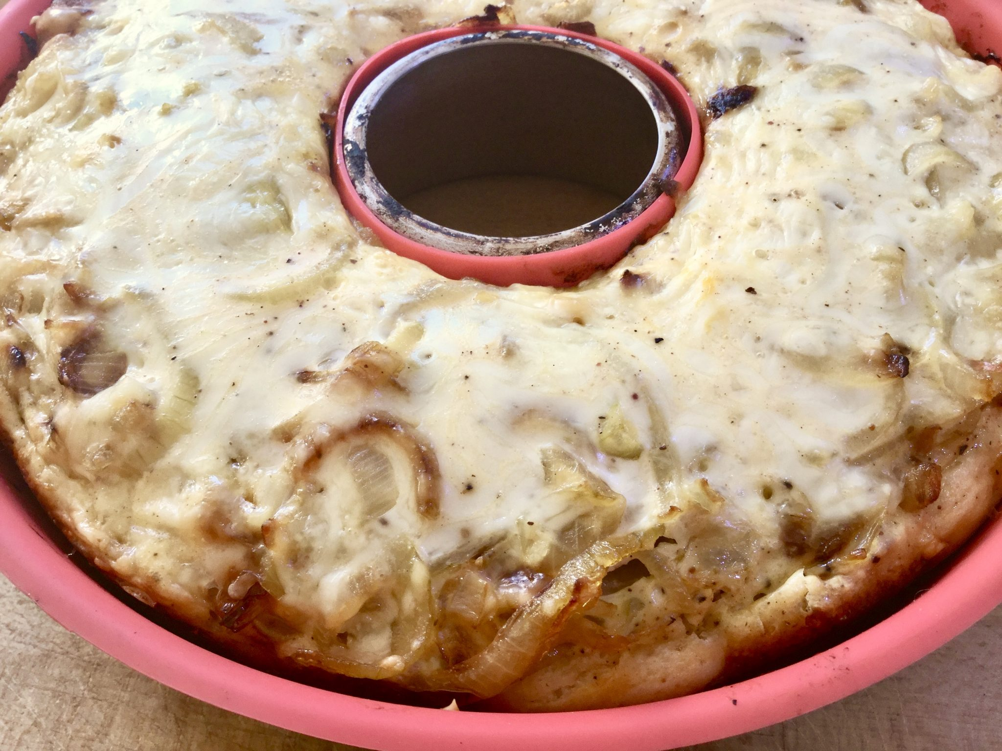 Rezept: Würziger Zwiebelkuchen im Omnia grillen
