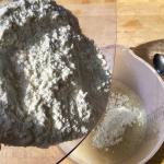 Mehl in das Hefewasser geben